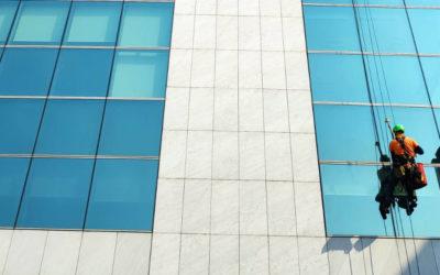 Il Facility management non va in vacanza: lavaggio vetrate con uomini in corda!